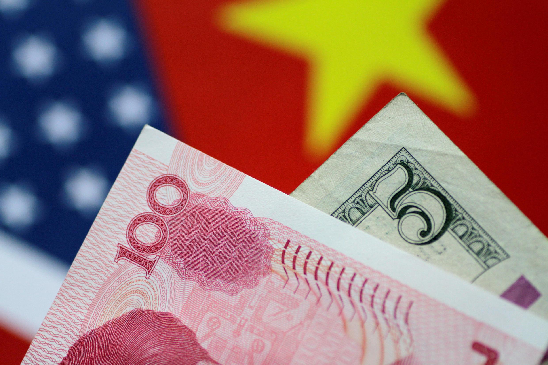 L'image montre 100 yuans chinois et un billet de 5 dollars, la Chine a poursuivi l'OMC contre les droits de douane américains sur les produits chinois.