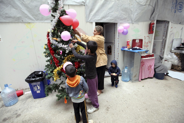 """تزئین درخت کریسمس توسط کودکان مسیحی آواره عراقی که از گروه """"دولت اسلامی"""" به موصل فرار کردهاند"""