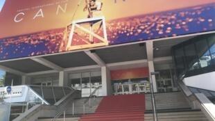 Дворец фестивалей во французских Каннах перед открытием кинофестиваля 14 мая 2019.