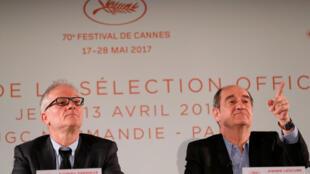 O delegado geral do Festival de Cannes, Thierry Frémaux (e) ao lado do presidente do evento, Pierre Lescure, durante coletiva de apresentação dos concorrentes para a Palma de Ouro