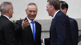Phó thủ tướng Trung Quốc Lưu Hạc trao đổi với đại diện Thương Mại Mỹ Robert Lighthizer. Ảnh tại Washington, ngày 10/05/2019.