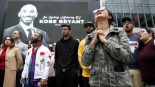 美國NBA籃球巨星科比·布萊恩特在直升機意外中身亡。人們震驚悲痛。