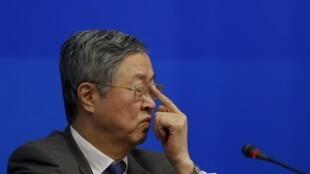 中国人民银行行长周小川等待召开记者招待会,2016年2月26日,上海。