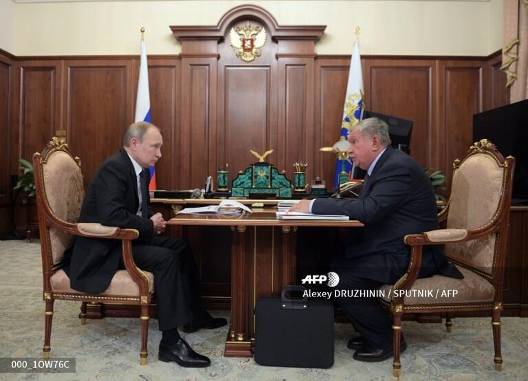 Tổng thống Nga, Vladimir Putin (T) và chủ tịch tập đoàn dầu khí Rosneft, Igor Setchine tại Matxcơva, ngày 11/02/2020.