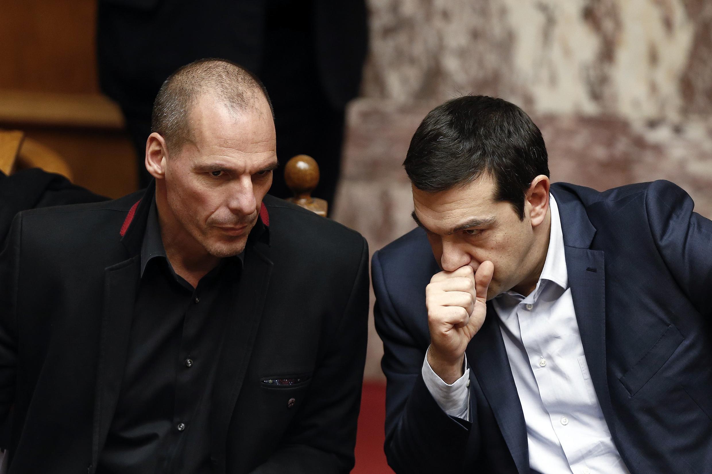 Yanis Varoufakis (e), ministro das Finanças grego, e o premiê Alexis Tsipras (d), no Parlamento de Atenas, em 18 de fevereiro.