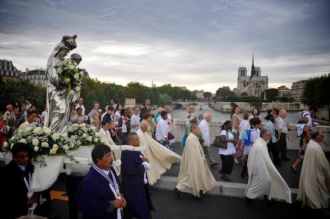 Milhares de fieis participaram da procissão para celebrar a Assunção em Paris