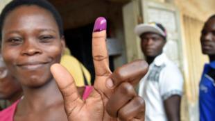 Une Togolaise présente son doigt maculé d'encre, preuve de son vote à ce scrutin présidentiel du samedi 25 avril 2015.