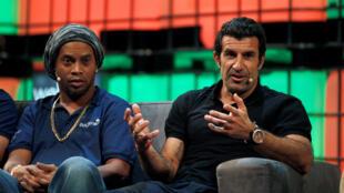 O brasileiro Ronaldinho Gaúcho ao lado do jogador português Luis Figo durante o Web Summit, em Lisboa