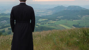 Un curé du diocèse de Todi, en Ombrie, région du centre de l'Italie, a annoncé à ses fidèles à la fin de la messe qu'il renonçait à sa soutane par amour pour une paroissienne.