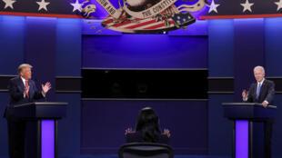 La moderadora del segundo debate presidencial, entre Donald Trump (izq) y Joe Biden el 22 de octubre de 2020 en la Universidad de Belmont, en Nashville (Tennessee), al este de EEUU
