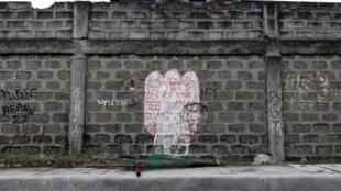 Thiên thần đang khóc: Tranh vẽ trên tường tố cáo tình trạng vi phạm nhân quyền trong chiến dịch bài trừ ma túy, Navotas, Manila, Philippines (Ảnh chụp ngày 16/12/2017)