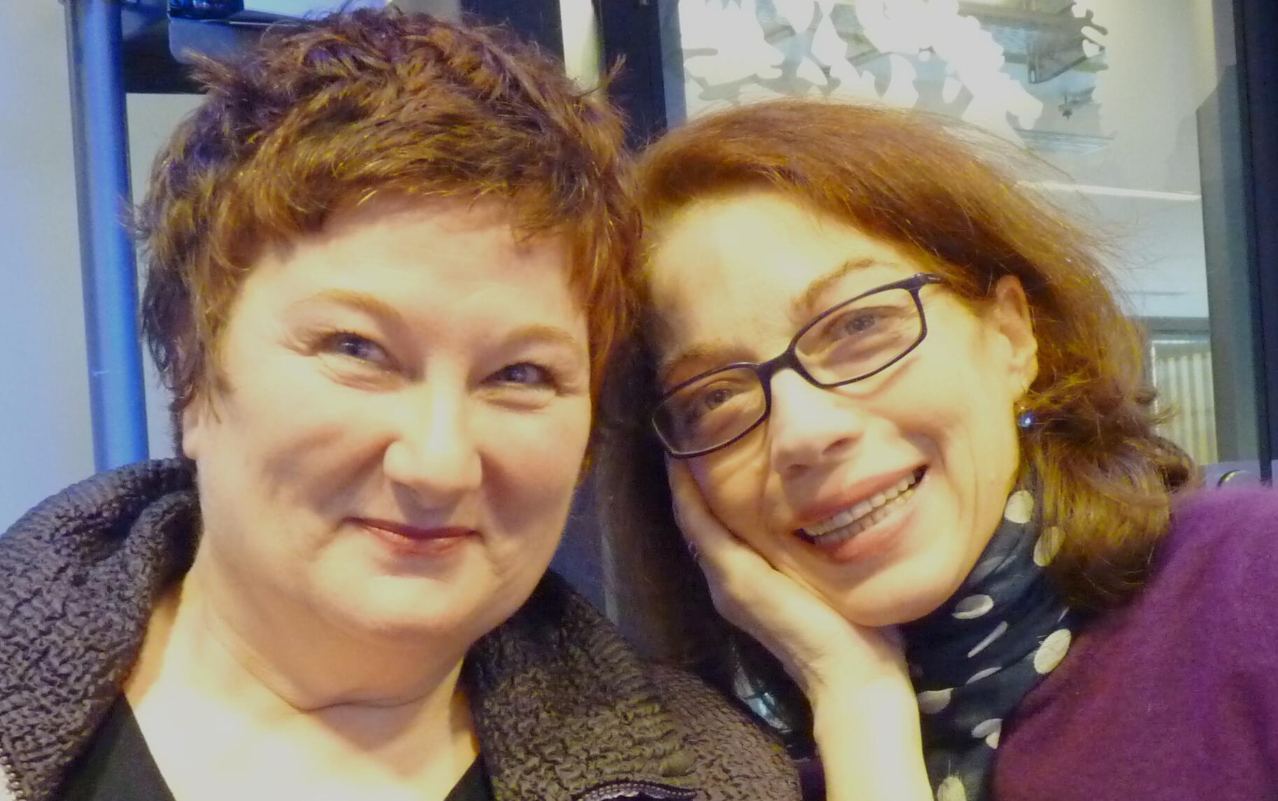 Brigitte Seth y Roser Montlló en los estudios de RFI