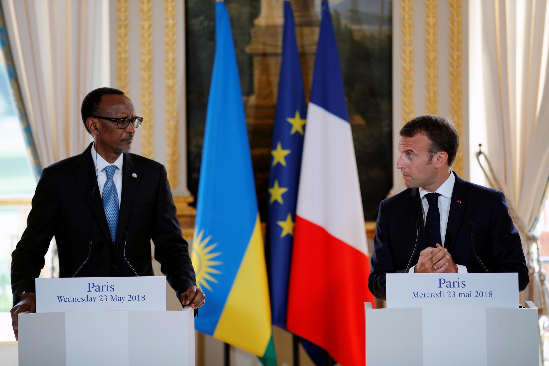 Rais wa Rwanda Paul Kagame (kushoto) na mwenzake wa Ufaransa Emmanuel Macron wakati wa mkutano na waandishi wa habari katika ikulu ya Elysee Jumatano Mei 23.