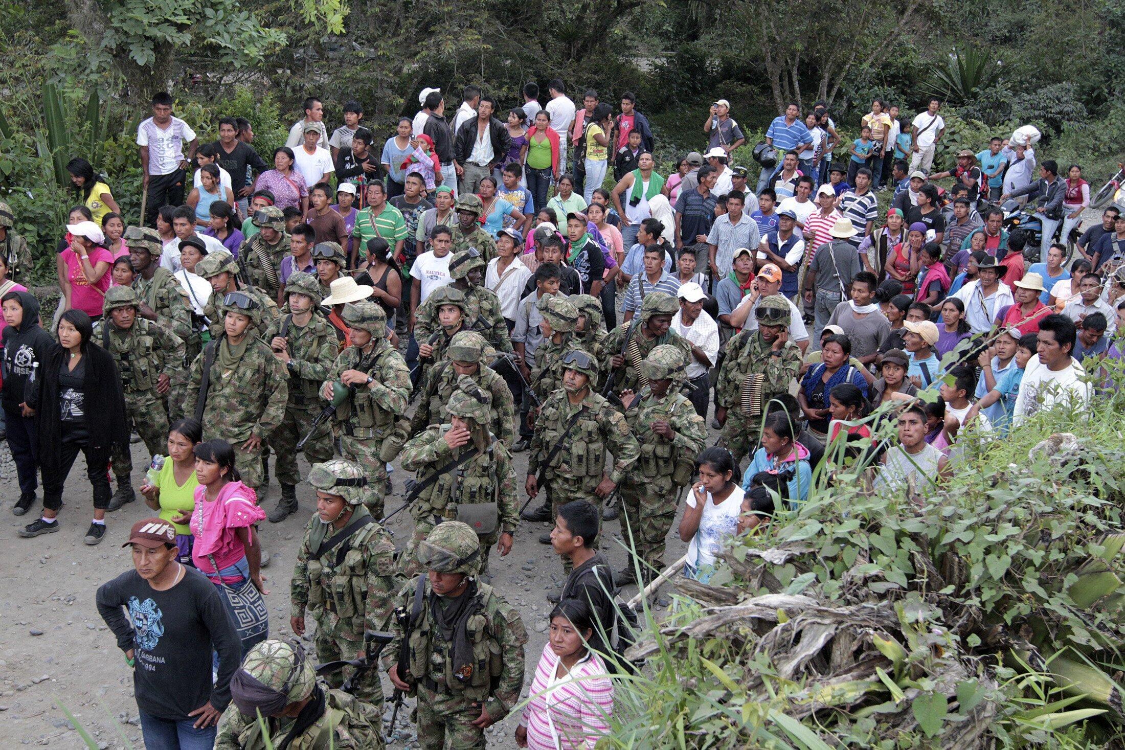 Los indígenas acompañan a los militares para entregarlos a las autoridades en Caldono, este 18 de julio de 2012.