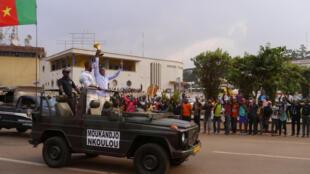 Les Camerounais Nicolas Nkoulou et Benjamin Moukandjo ont traversé les rues de Yaoundé avec leurs coéquipiers pour présenter le trophée à la foule.