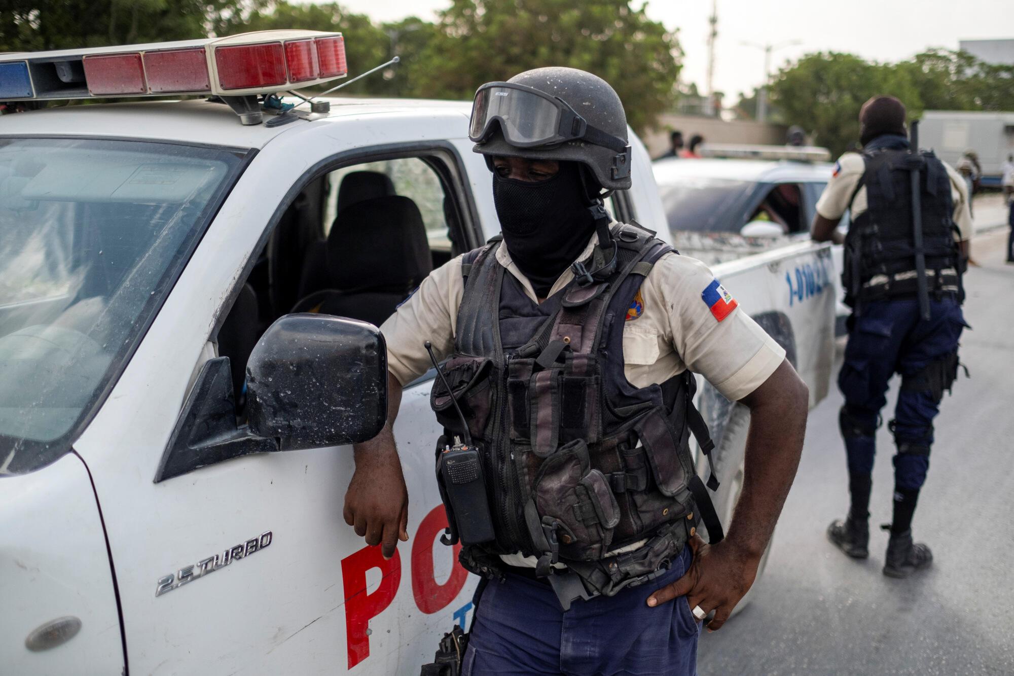 Haiti - policiers - police - US embassy - ambassade américaine