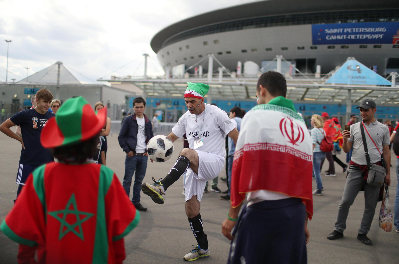 هواداران ایران در انتظار شروع بازی، مقابل ورزشگاه سن پترزبورگ