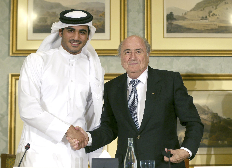 Cheikh Tamim, l'émir du Qatar, et Sepp Blatter, président de la Fifa, le 9 novembre 2013 à Doha.