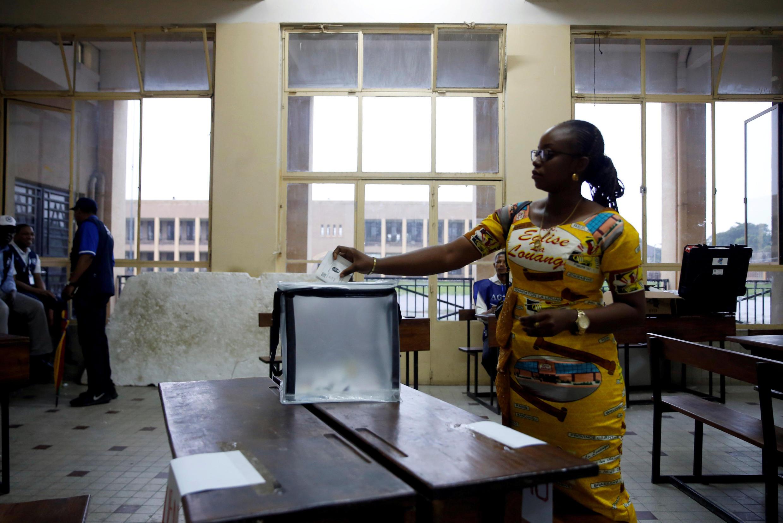 Una mujer vota en un centro de votación de Kinshasa, RDC, el 30 de diciembre de 2018.