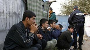 Des clandestins afghans dans le centre de rétention de Calais.