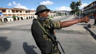 Un gendarme malgache dans les rues d'Antananarivo.
