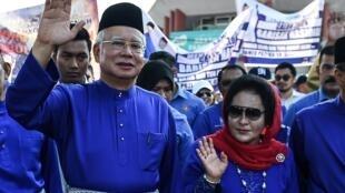 Ảnh minh họa : Ông Najib Razak (T) và vợ Rosmah Mansor tại Pekan, bang Pahang, Malaysia, ngày 28/04/2018