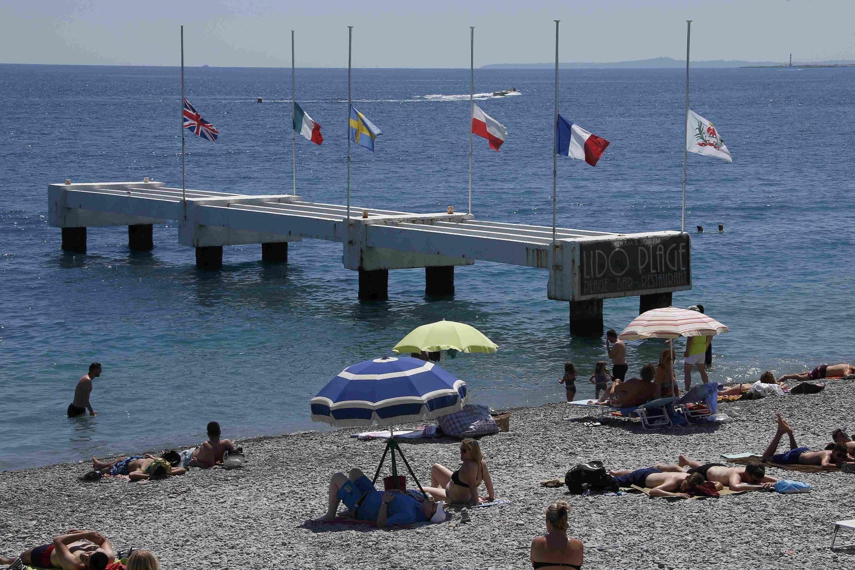 Praia perto do Passeio dos Ingleses, onde ocorreu o atentado que deixou 84 mortos em Nice, na última quinta-feira (14).