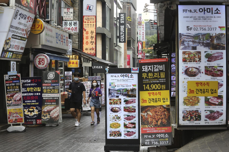 Des passants portant des masques dans une rue de Séoul, la capitale de la Corée du Sud.