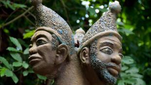 Statue de divinité vaudou à 3 têtes dans la forêt sacrée de Kapasse, Ouidah.