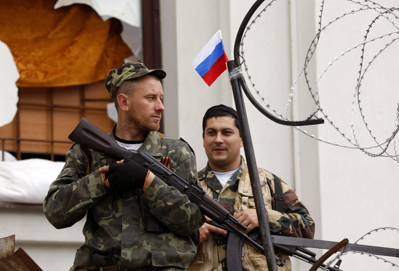 Ativistas pró-Rússia na sede do governo regional de Luhansk, no sudeste da Ucrânia,