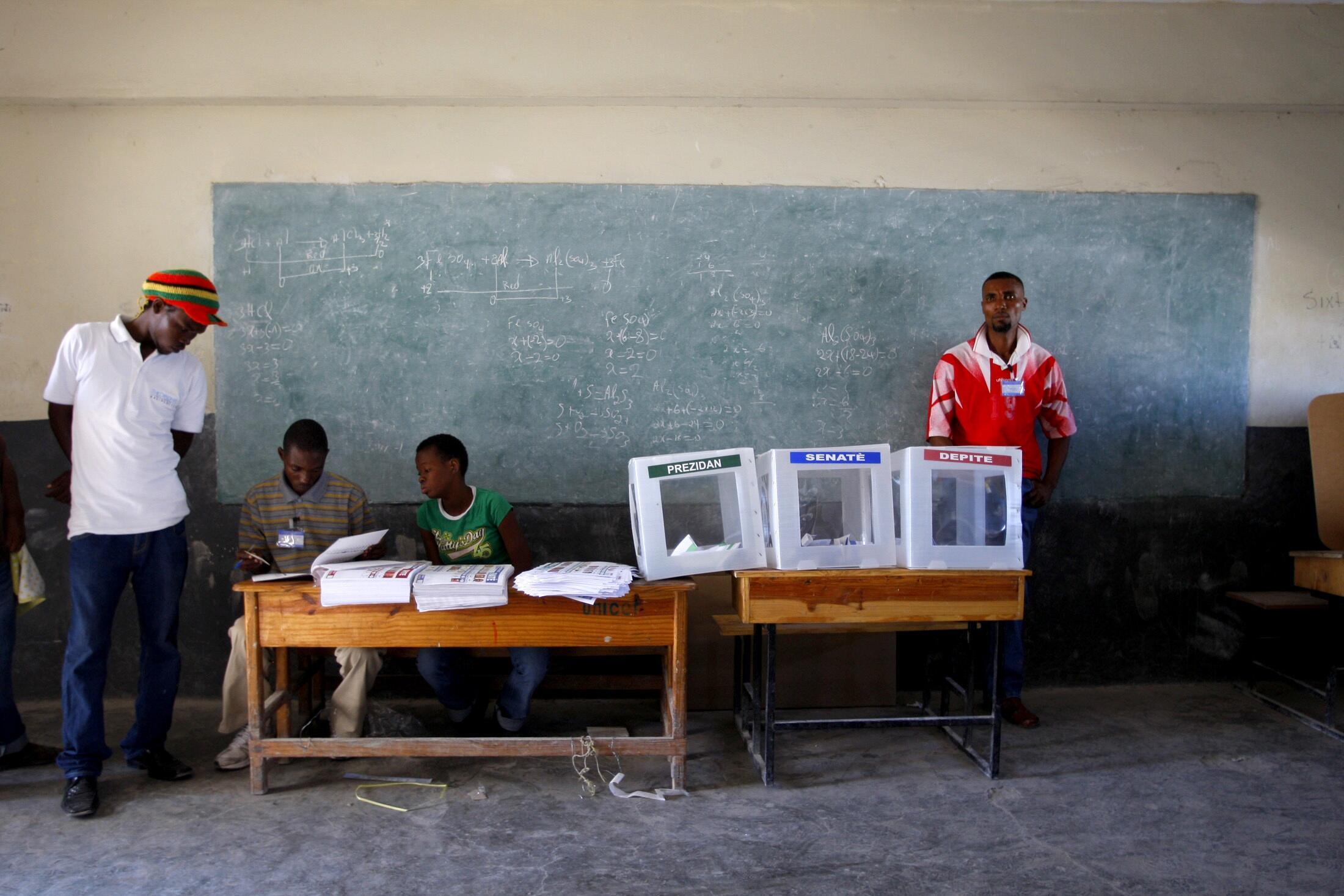 Избирательный участок на Гаити (Пор-о-Пренс)