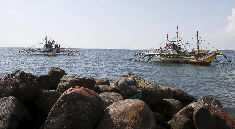 Tàu cá Philippines bị tàu tuần duyên Trung Quốc dùng vòi rồng xua đuổi gần đảo Luzon, tỉnh Pangasinan, 22/04/2015.