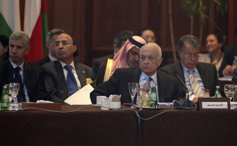 Le secrétaire général de la Ligue arabe Nabil el-Araby (C) a préconisé l'envoi d'une force de maintien de la paix en Syrie, lors de la réunion du Caire, le 12 février 2012.