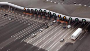 Concessionárias privadas administram maioria das autoestradas francesas: tarifa depende da distância percorrida, dos custos da construção e manutenção da estrada e do tamanho do veículo.