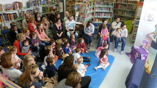 Una sesión de cuentos en una biblioteca pública francesa.