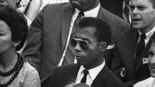 James Baldwin (au centre).