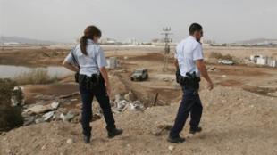Des policiers israéliens inspectent l'impact d'une roquette à Eilat. Aucune victime n'est à déplorer côté israélien mais les tirs de roquette ont blessé quatre personnes à Aqaba, le port jordanien voisin.