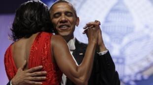 Shugaban Amurka Barack Obama da matarsa Michelle Obama suna rawa Washington bayan rantsar da shugaban