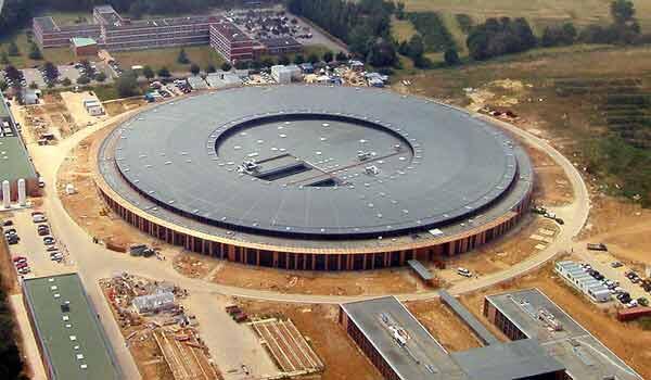 Le Synchrotron Soleil, inauguré le 18 décembre 2006, devrait servir un grand nombre de communautés scientifiques.