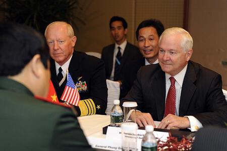 Bộ Trưởng Quốc Phòng Mỹ Robert Gates họp song phương với đồng nhiệm Việt Nam Phùng Quang Thanh ngày 04/06/10 bên lề Đối Thoại Shangri-La.