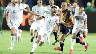 Riyad Mahrez akishangilia baada ya kufunga bao la ushindi dhidi ya Nigeria katika mchezo wa nusu fainali ya kombe la Mataifa ya Afrika