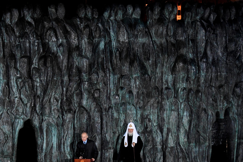 Владимир Путин и патриарх Кирилл на открытии мемориального комплекса «Стена скорби» в память о жертвах политических репрессий в Советском Союзе. 30 октября 2017