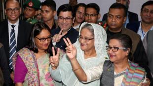La Première ministre Sheikh Hasina à la sortie du bureau de vote où elle s'est rendue pour voter à Dacca le 30 décembre 2018.孟加拉國政府總理哈西娜夫人 攝於2018年12月30日星期天立法選舉投票後