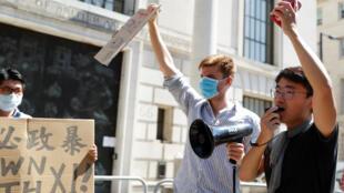中国驻英使馆外人们抗议香港自由日趋恶化,英国驻港领馆前雇员郑文杰发言2020年7月31日伦敦