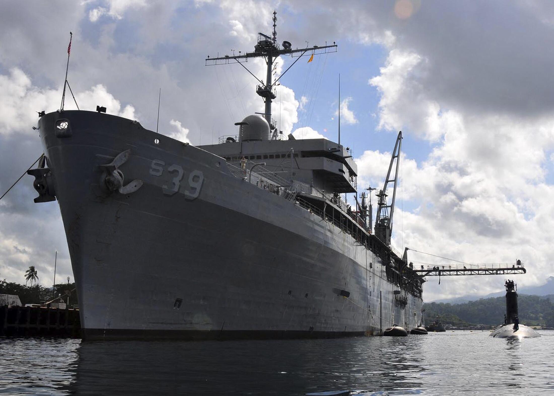 Tuần dương hạm Mỹ USS Texas neo đậu bên cạnh tàu tiếp liệu cho tàu ngầm USS Emory S.Land tại vịnh Subic ( Ảnh chụp ngày 10/11/2011).