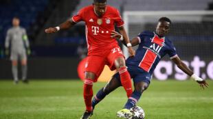 Idrissa Gueye, milieu défensif du PSG, ratisse un ballon dans les pieds de David Alaba du Bayern Munich en quart de finale retour de C1 le 13 avril 2021 au Parc des Princes à Paris