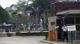 Theo báo chí Malaysia, nhà của cơ trưởng chiếc Boeing mất tích bị khám xét hôm qua trong hơn hai giờ. Trong ảnh, cổng vào khu nhà, nơi cư trú của cơ trưởng Zaharie Ahmad Sha, tại Shah Alam, gần Kuala Lumpur, ngày 15/03/2014.