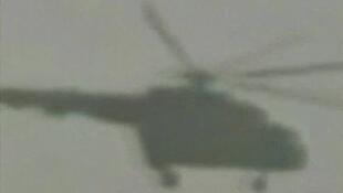 Capture d'écran d'une vidéo amateur filmant un hélicoptère survolant Talbiseh, le 11 juin 2011.