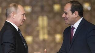 Tổng thống Nga Vladimir Putin (T) bắt tay đồng nhiệm Ai Cập Abdel Fattah al-Sisi sau cuộc họp tại Cairo, ngày 11/12/2017.