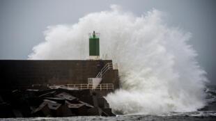 Avant de toucher la côte française, la tempête Fabien a frappé le littoral espagnol. Ici, la jetée du port d'A Guarda, ce vendredi 21 décembre 2019